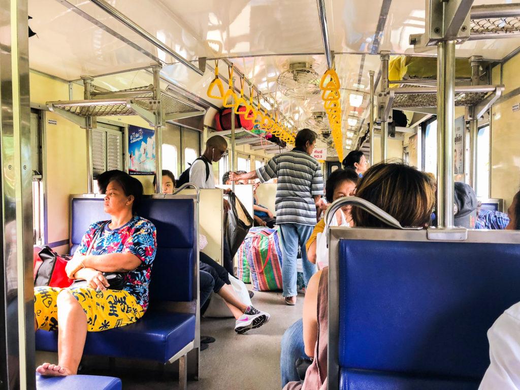 アユタヤに向かう電車。