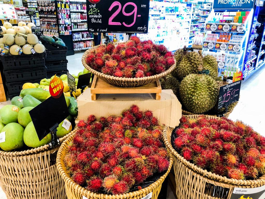 スーパーマーケットに並んだ果物2。