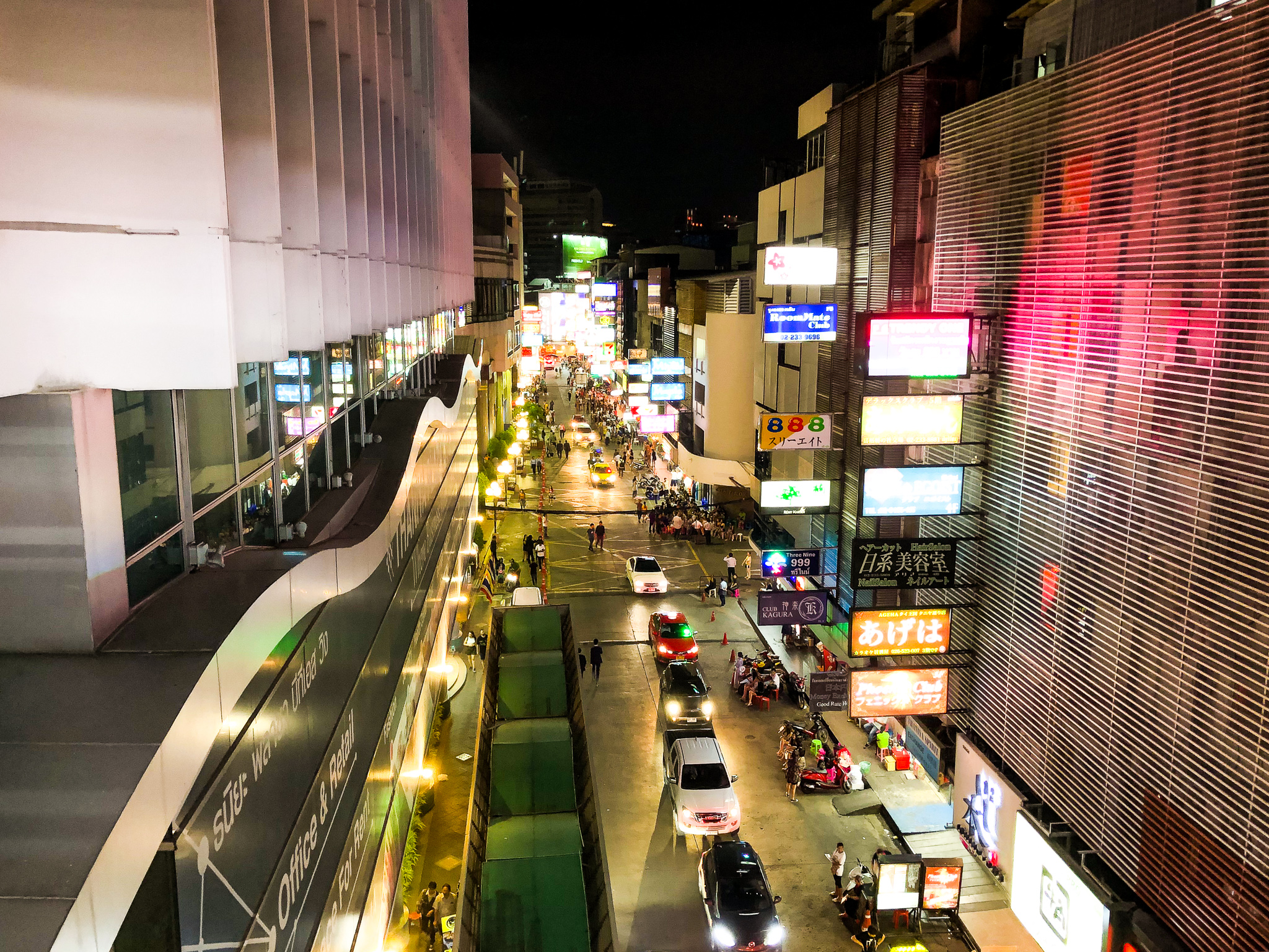 バンコクの夜・タニヤ通り。