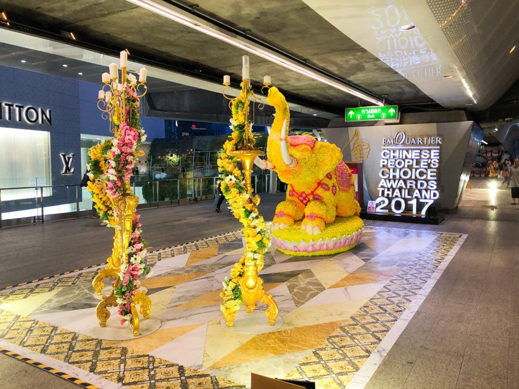 BTSプロムポン駅前に飾られていた金色の象。