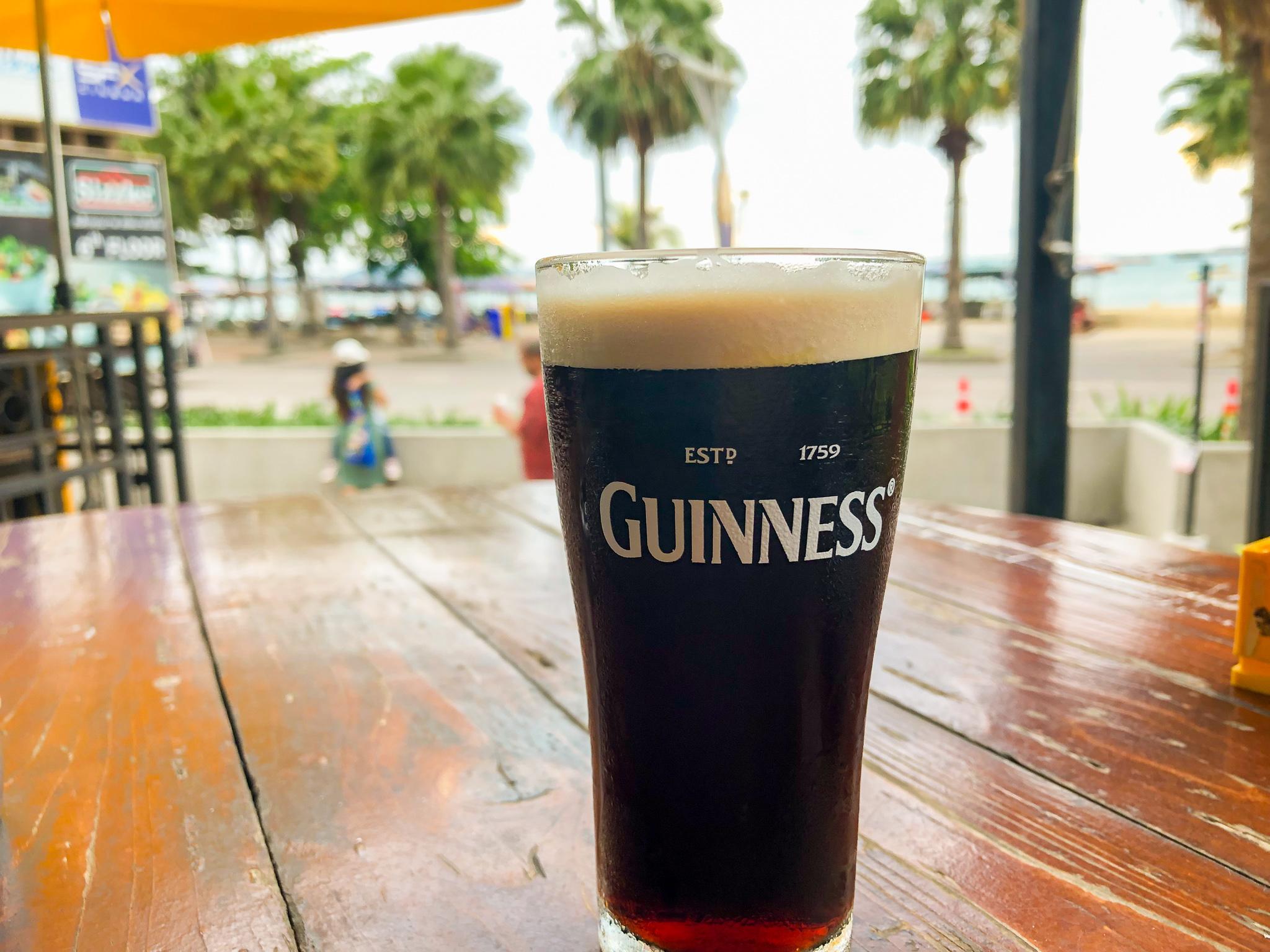 海を眺めながらビールでクールダウン!
