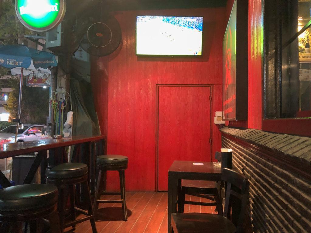 バンコク・パブの赤い壁
