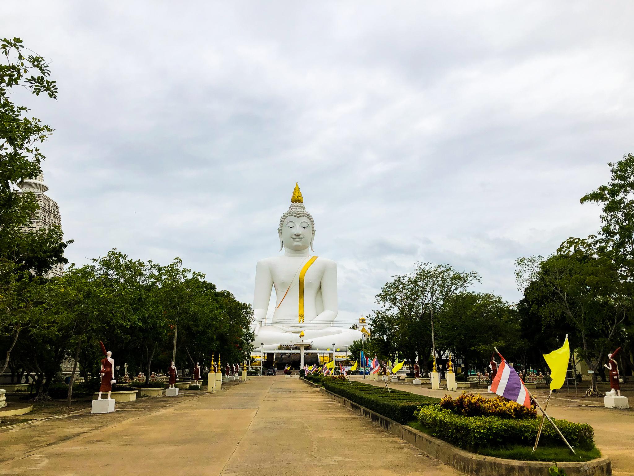 大きな仏像もあります。
