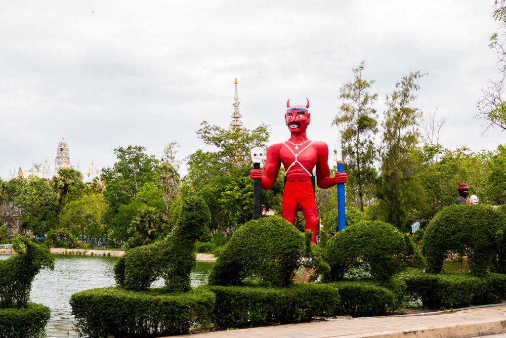 ワット・パイロンウア(地獄寺)の大きな立体像。