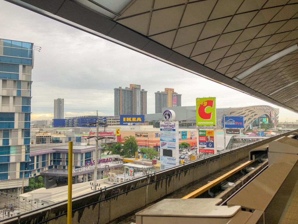 タラード バン ヤイ駅のホームからの風景。