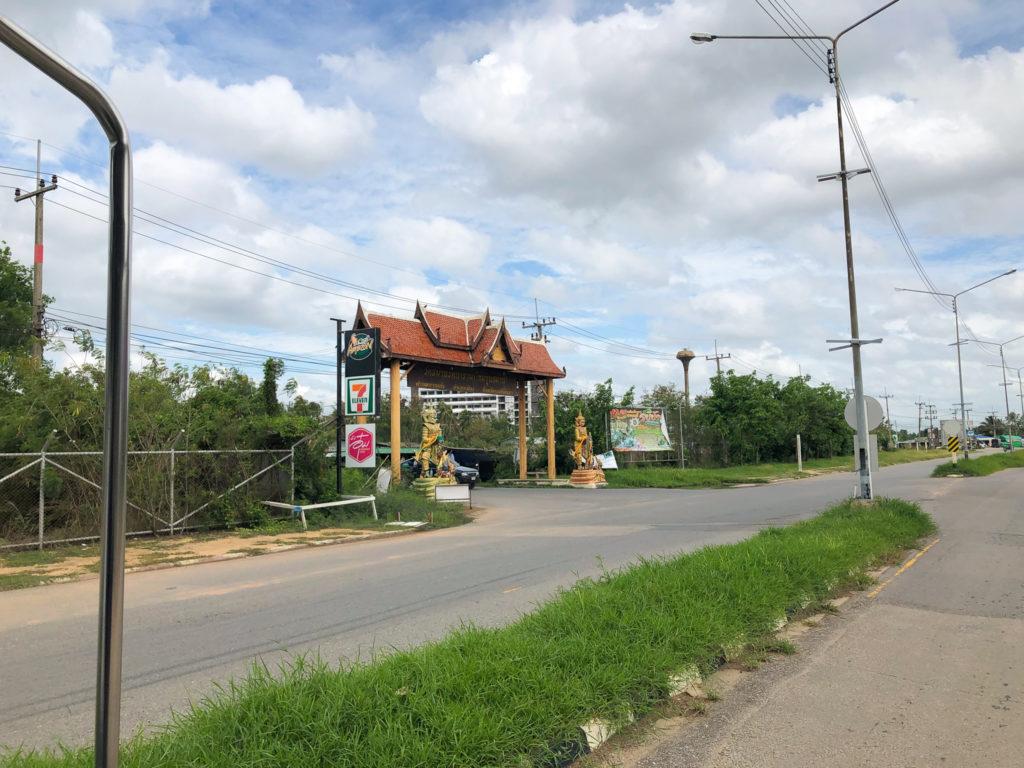 ワット・サマーン・ラッタナーラームの入り口の門